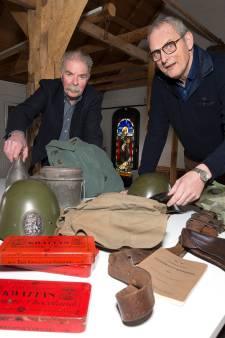 Wat moeten Frits en Hans met een vitrinekast voor een pop in militair tenue?