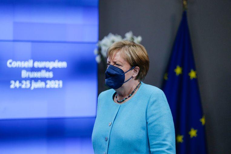 De Duitse bondskanselier Angela Merkel na afloop van het EU-beraad donderdagavond en -nacht in Brussel. Beeld EPA