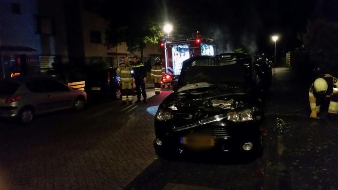 De brand ontstond aan de voorzijde van de auto.
