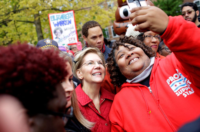 De democratische presidentskandidate Elizabeth Warren neemt vaak uitgebreid de tijd voor selfies met kiezers. Beeld REUTERS