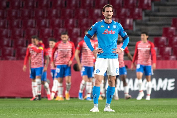 Napoli-middenvelder Fabian Ruiz treurt met in zijn rug juichende Granada-spelers.
