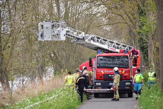 De brandweer zette de ladderwagen in om het stoffelijk overschot uit het kanaal Ieper-IJzer te halen.