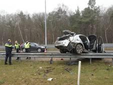 Auto de vangrail op gelanceerd op A27 bij Oosterhout  (video)