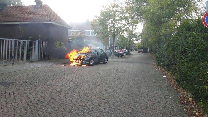 De lesauto brandt volledig uit. Foto GinoPress
