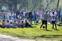 Drukte in het Amsterdamse Vondelpark. De toegang tot het park werd al een paar keer tijdelijk afgesloten omdat het te druk was.