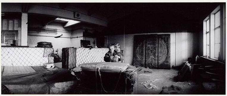 Het atelier van oud-provo Robert Jasper Grootveld. Gelegen links onder de Entrepothaven, 2 februari 1994. Foto Doriann Kransberg Beeld