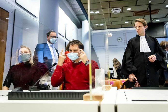 Horecaondernemer Michael Meeuwisse (2e L) en advocaat Simon van Zijll (R) in de rechtbank. De eigenaar van de Haagse bodega De Posthoorn heeft een kort geding aangespannen tegen de Nederlandse staat om de opgelegde sluiting van restaurants aan te vechten.