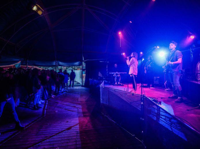 Genieten van een concert op Achterland. Maandag is de hoofdact Tim Knol.  Foto: Jan Ruland van den Brink