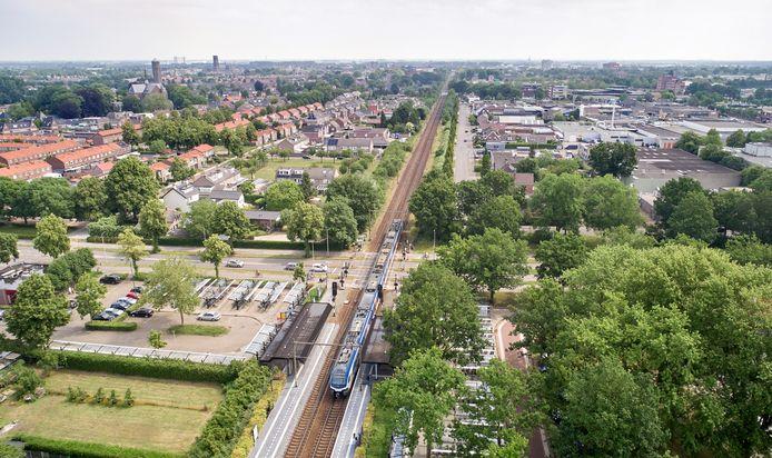 Het spoor (met in de voorgrond station Oss-West) verdeelt de stad in een noordelijke en een zuidelijke helft.