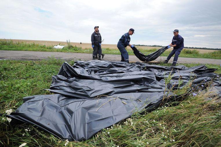 Oekraïense reddingswerkers verzamelen lichamen van de slachtoffers. Beeld null