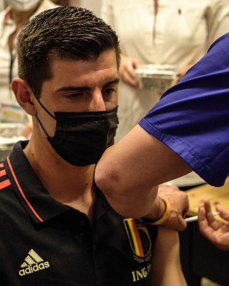 Onder meer Thibaut Courtois kreeg maandag zijn eerste coronaprik. Beeld Twitter