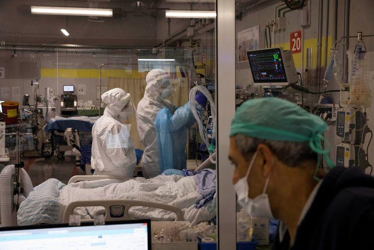 Verpleegkundigen aan het werk op de ic-afdeling van het Sheba Medical Center in Ramat Gan. Beeld REUTERS