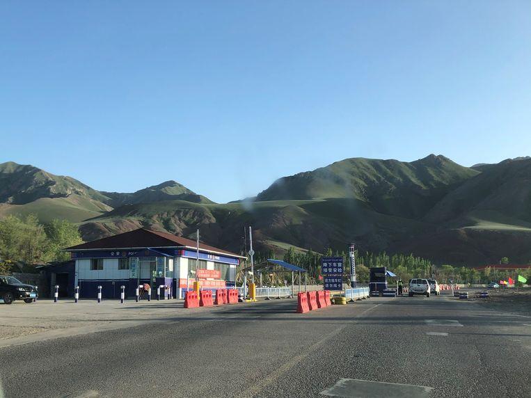 Checkpoint bij het in- en uitrijden van Nilka, een dunbevolkt landbouwgebied in het westen van Xinjiang. Beeld Leen Vervaeke