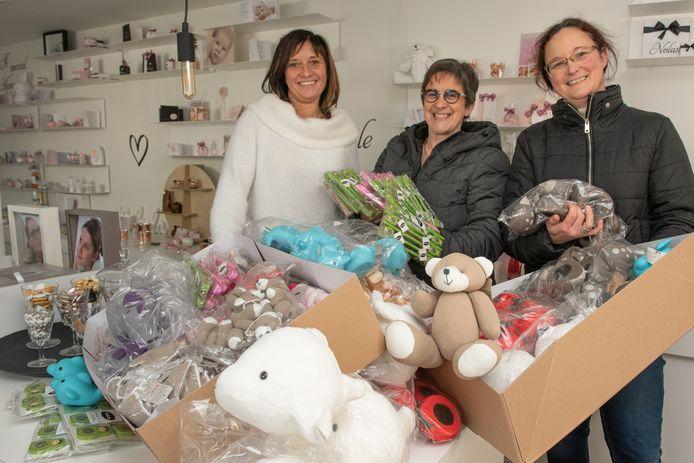 Cindy Heijlesonne, Mireille Huys en Ilse Van Nerom bij een deel van de lading.