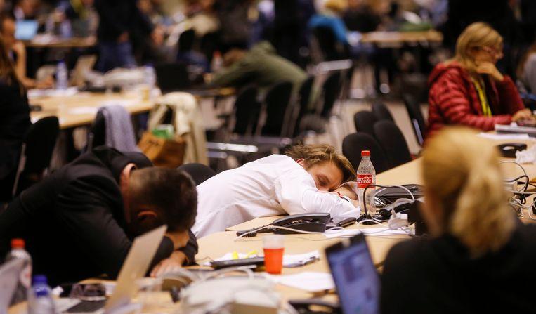 Journalisten in de persruimte bij de Eurotop: slapen tussen de nieuwsupdates. Beeld EPA