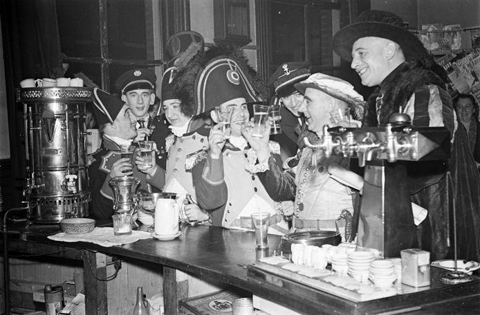 Prins Carnaval Matthieu Ceulemans (2e van rechts) en zijn gevolg aan de bar van de stationsrestauratie (februari 1950)