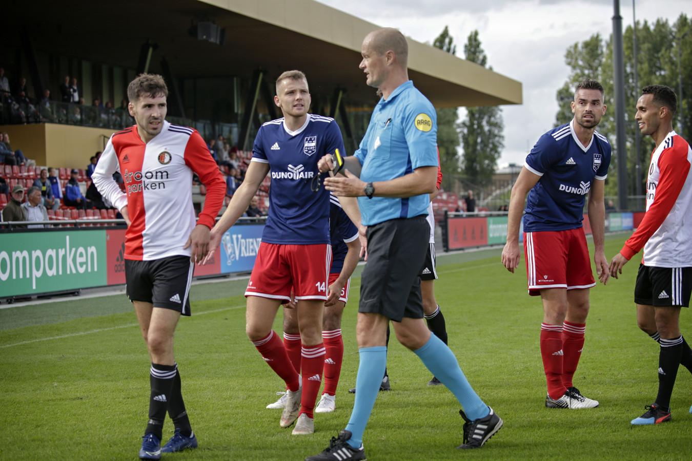 Koen Huntelaar (broekje nummer 14) vraagt bij de scheidsrechter om uitleg in het hoofdklasseduel SC Feyenoord-DUNO eerder dit seizoen.