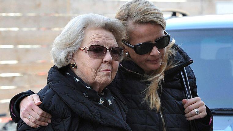 Koningin Beatrix en prinses Mabel bij het ziekenhuis in Innsbruck. Beeld ap
