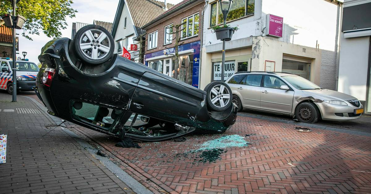 Bestuurder komt met de schrik vrij bij bizar ongeluk in centrum Rheden.