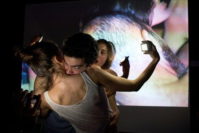 Klara Alexova, Isadora Tomasi, Fabián Santarciel de la Quintana en Matteo Bifulco zijn de performers in 'Study for Figure' van Wild Vlees. Foto Sergio Gridelli