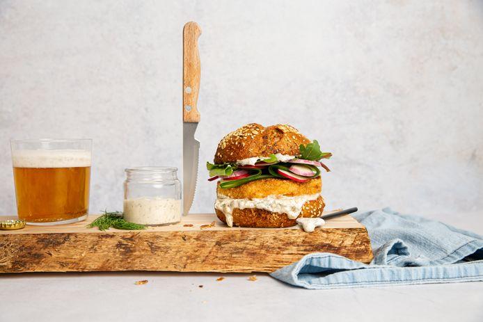 Visburger met zoetzure ingelegde groenten en yoghurtsaus.