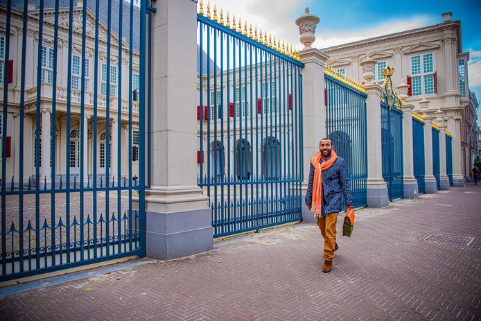 Het kan verkeren, blijkt maar weer uit het verhaal van mode-ontwerper Omar Munie. Eerst in zijn nieuwe tassenpaleis op het Noordeinde de koning te rijk, een paar weken later ineens bij de Belastingdienst door het slijk. Die legde beslag op het aangekochte pand Rijnstroom, omdat Munie geen premies en loonbelasting had betaald. Dat wist de gemeente ook, toch hielp het stadsbestuur van Den Haag hem met de aankoop van het gebouw naast Paleis Noordeinde.