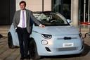Olivier Francois, de bestuursvoorzitter van Fiat, bij de nieuwe Fiat 500e