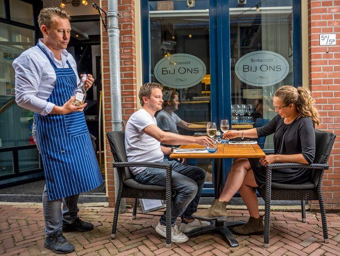 Het terras van restaurant Bij Ons in Gouda.
