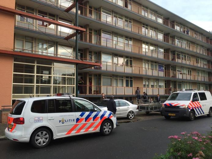 Politie voor de flat waar de overval werd gepleegd. Foto Pim Velthuizen