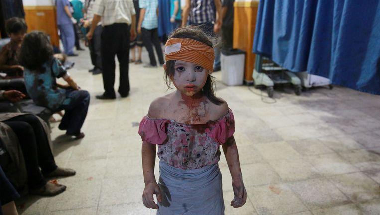 Een gewond Syrisch meisje wordt zo goed en zo kwaad als het kan verzorgd in een ziekenhuis in Douma, ten oosten van Damascus. Het beeld dateert van 22 augustus van dit jaar, toen de Syrische troepen het door rebellen bezette gebied bombardeerden. Beeld AFP