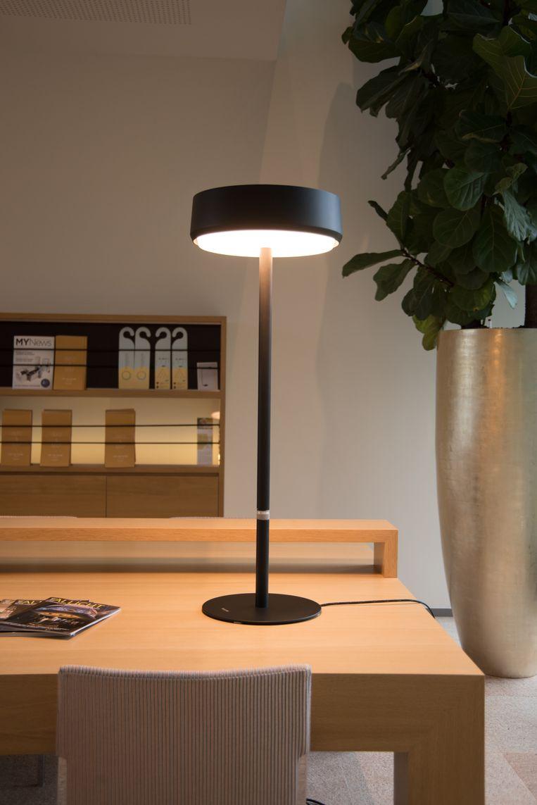 De Jolly James tafellamp van Sparkcel. De lamp is 's ochtends fel, gedurende de dag nog iets feller en dooft 's avonds uit.  Beeld Sparckel