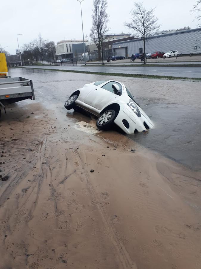 Een auto is weggezakt bij een watreleidingbreuk in de Keesomstraat in Ede.