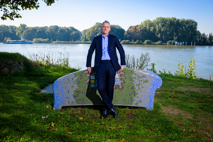 Oud-wethouder Len van Rekom (56) aan de Adriaan Volkersingel met de Beneden Merwede op de achtergrond.