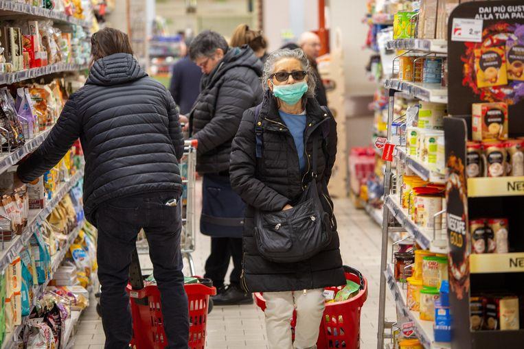 Hamsterende mensen in een Italiaanse supermarkt.  Beeld Photo News