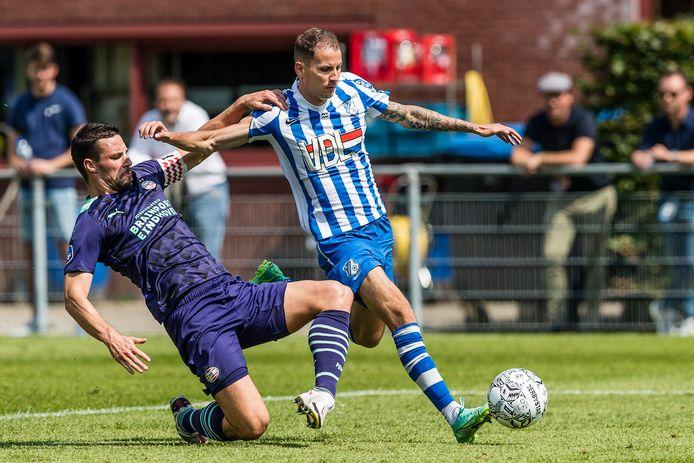 Joey Sleegers (r) is één van de drie aanvallers die op contractbasis vastligt bij FC Eindhoven, hij ontwijkt hier een sliding van Nick Viergever van PSV.