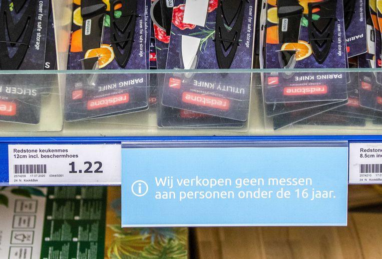 Messen in het schap bij een Action-filiaal met de waarschuwing dat deze niet verkocht worden aan personen onder de 16 jaar. Beeld ANP