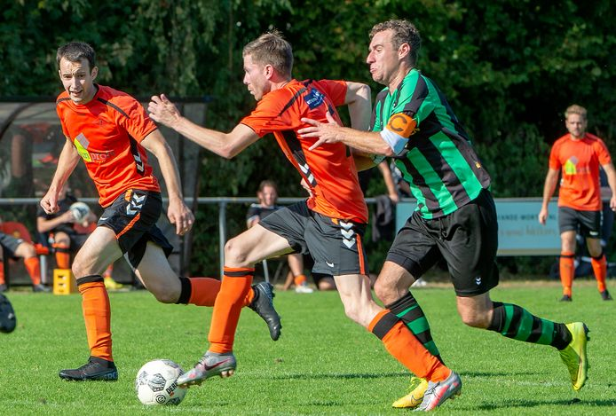 Sven van Gelder is Nicky van der Wijst van Hapse Boys te snel af.