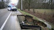 Fietspad Leuvensesteenweg verzakt na breuk in waterleiding
