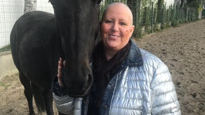 """Vlaamse Sabine (49) ontdekte dat ze kanker had dankzij haar paard: """"Ze heeft mijn leven gered"""""""