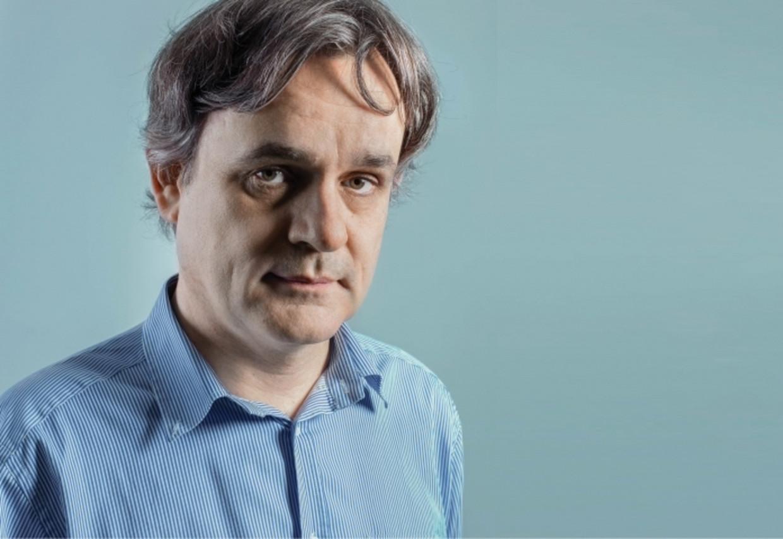 Riss, tekenaar en directeur van Charlie Hebdo: ''Wat onverdraaglijk is, is de vraag: waarom ik niet en de anderen wel? Waarom lig ik niet tussen zes planken?'   Beeld