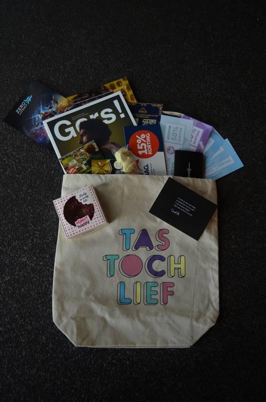 De Tas toch Lief; gevuld met kortingsbonnen, lekkers, tijdschriften en andere spullen van Rotterdamse ondernemers.
