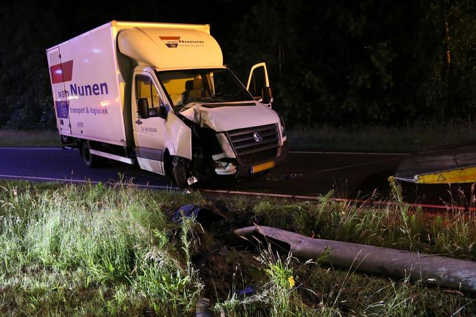 Kleine vrachtwagen raakt van de weg en knalt tegen lantaarnpaal.