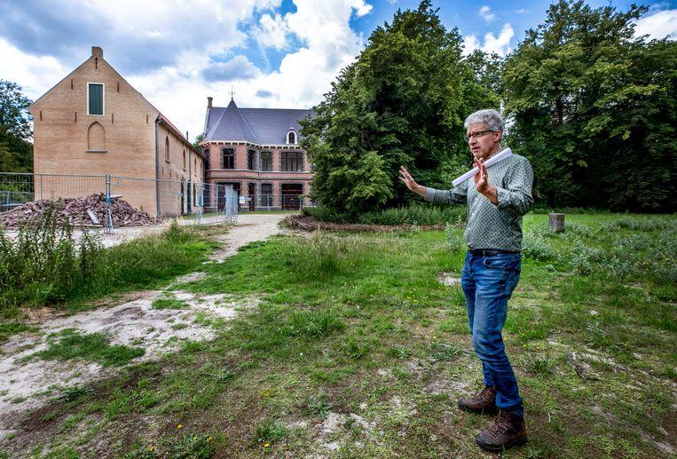 Wethouder Mart van der Poel, met achter hem het voormalige Roze Kasteel. Beeld Raymond Rutting / de Volkskrant
