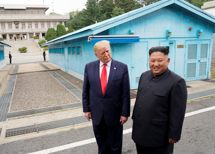 Donald Trump et Kim Jong-un dans la zone démilitarisée de Panmunjom à la frontière des deux Corées le 30 juin dernier