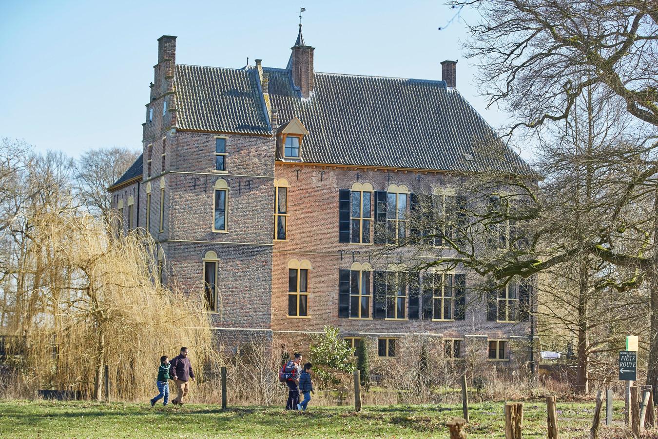Wandelaars rondom Kasteel Vorden. De rechter bepaalde onlangs dat iedereen mag wandelen over de paden rondom het kasteel, ook zonder toegangskaartje.