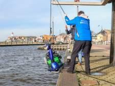 Man valt met scootmobiel in haven Urk, omstander springt erachteraan