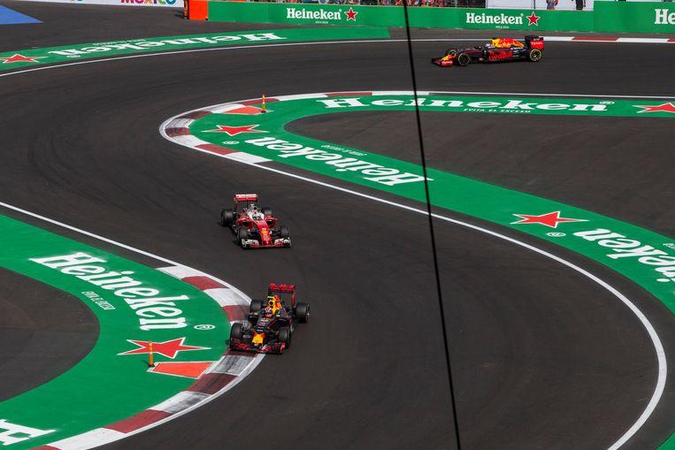 Max Verstappen en Sebastian Vettel in duel.. Beeld Photo News