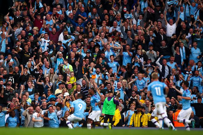 Dolle vreugde bij de fans van Manchester City na de 3-2 van Gabriel Jesus in de 92ste minuut, maar zijn goal zou worden afgekeurd door de VAR.