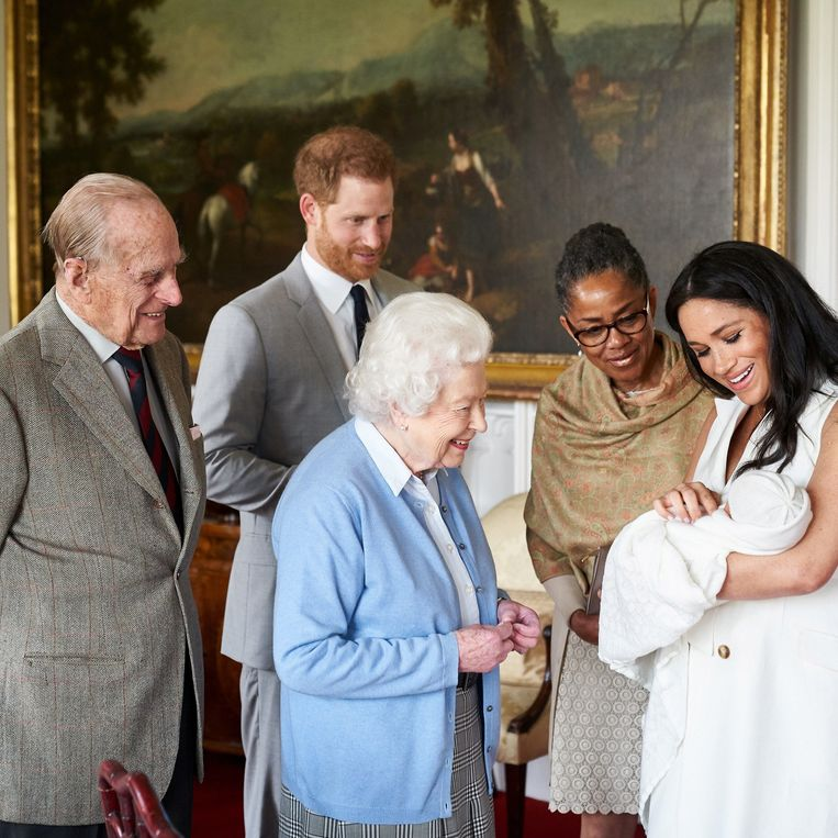Vlnr: Prins Philip, prins Harry, koningin Elizabeth, Doria Ragland en Meghan met Archie.  Beeld POOL/REUTERS