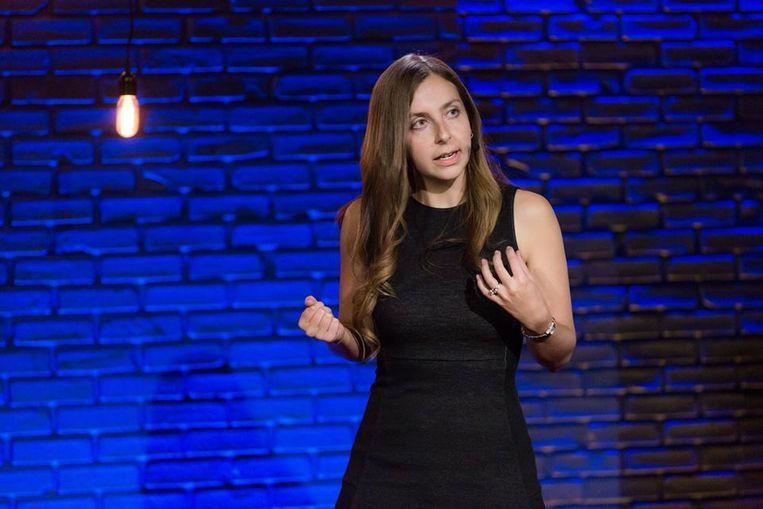 Maria Konnikova tijdens een TED-talk in 2016.